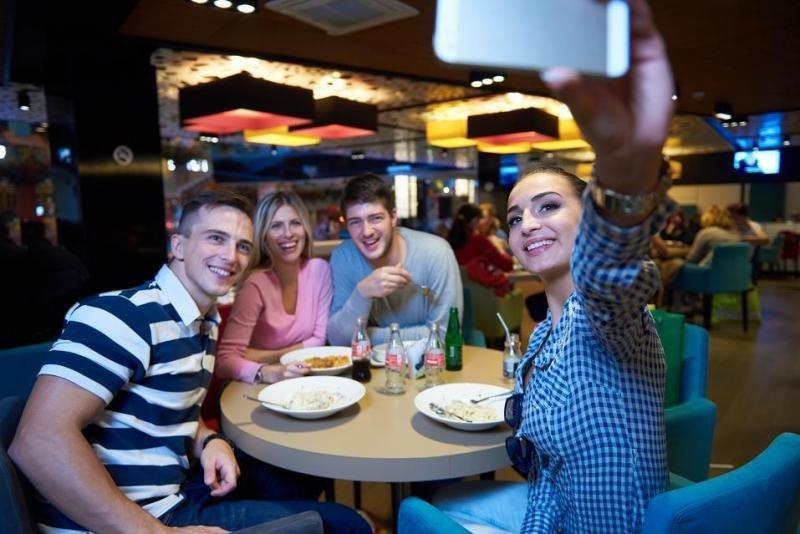 Los jóvenes de la Generación Z y milenials reconocen que la desconexión de las redes sociales en vacaciones les vendría bien... pero no lo hacen.