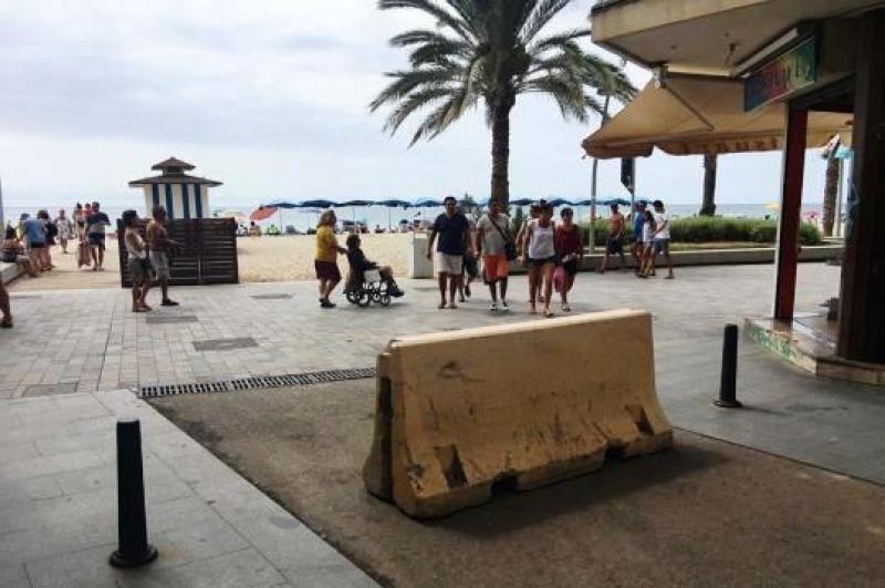 Barrera de hormigón y bolardos en una calle peatonal de Calafell, municipio turístico en la Costa Daurada, provincia de Tarragona.