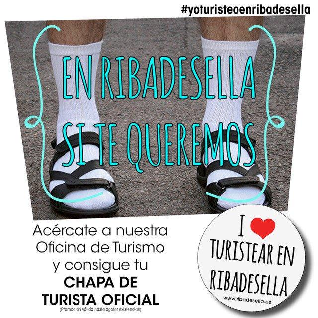 Unos de los carteles hace referencia a uno de los tópicos más habituales de los turistas extranjeros: las chanclas con calcetines. La imagen incluye el texto: En Ribadesella sí te queremos.