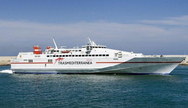 El  buque rápido Almudaina Dos tiene capacidad para 714 pasajeros y 140 vehículos.