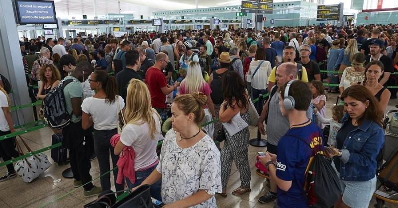 Colas de pasajeros en espera a pasar por los controles de seguridad de El Prat en julio pasado (Foto: Efe).