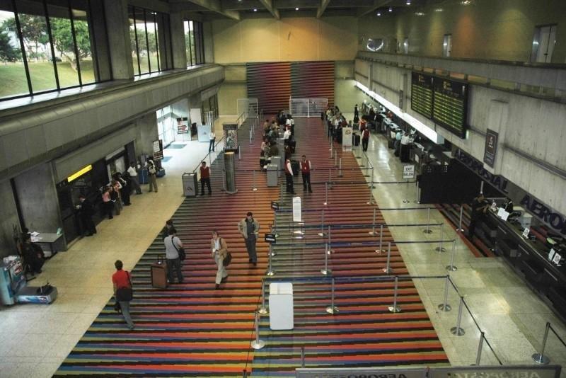 El Aeropuerto Internacional de Maiquetía Simón Bolívar, en el Estado Vargas, ubicado a unos 20 kilómetros de Caracas, es la instalación que sirve a la capital venezolana.