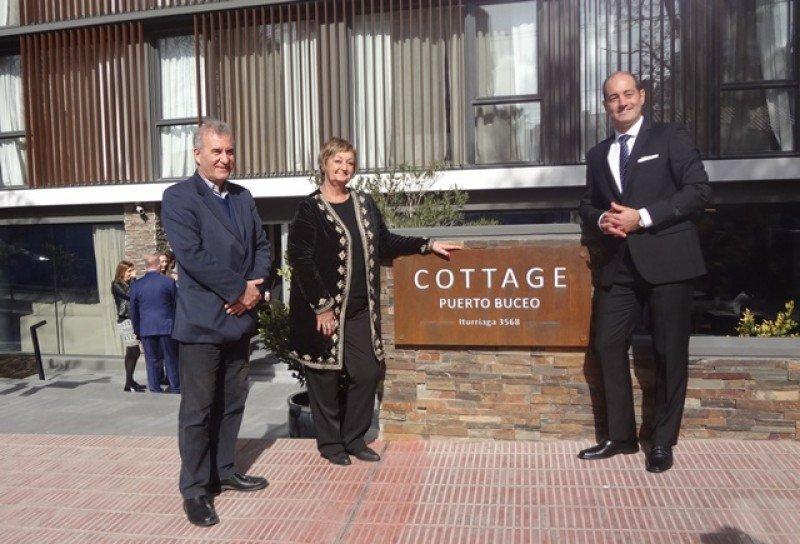 En la inauguración: Carlos Fagetti, director nacional de Turismo, ministra de Turismo Liliam Kechichian y gerente general de hoteles Cottage, Gilberto Echeverry.
