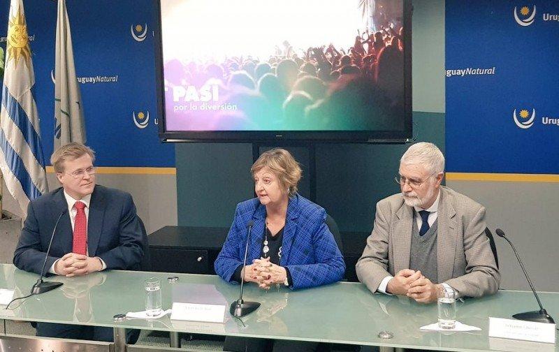 Holger Paulmann, CEO de Sky Airline, junto a Liliam Kechichian y Benjamín Liberoff del Ministerio de Turismo de Uruguay.