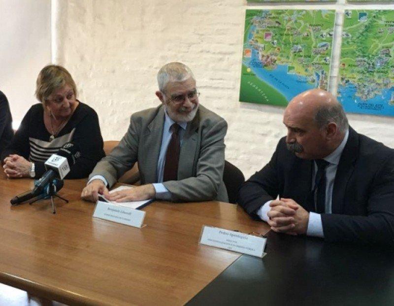 Autoridades del Ministerio de Turismo y de la Oficina de Planeamiento y Presupuesto (OPP) presentaron a la empresa que realizará el estudio. Foto: Mintur.