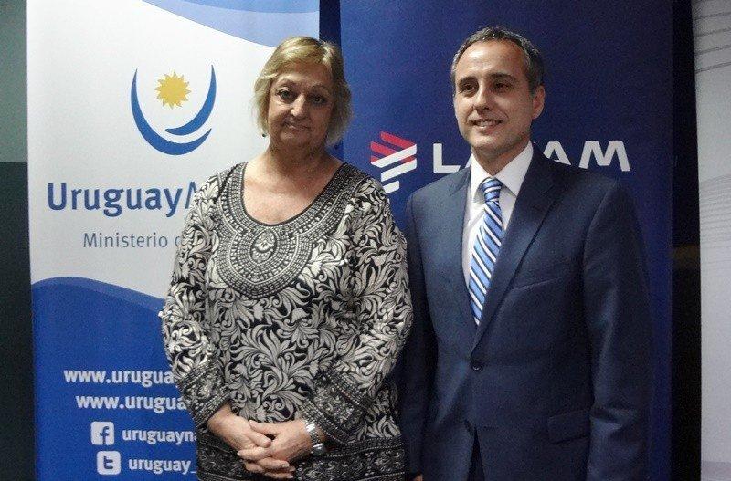 Ministra Liliam Kechichian junto a Javier Macías, gerente general de LATAM Airlines en Uruguay. Foto: J. Lyonnet