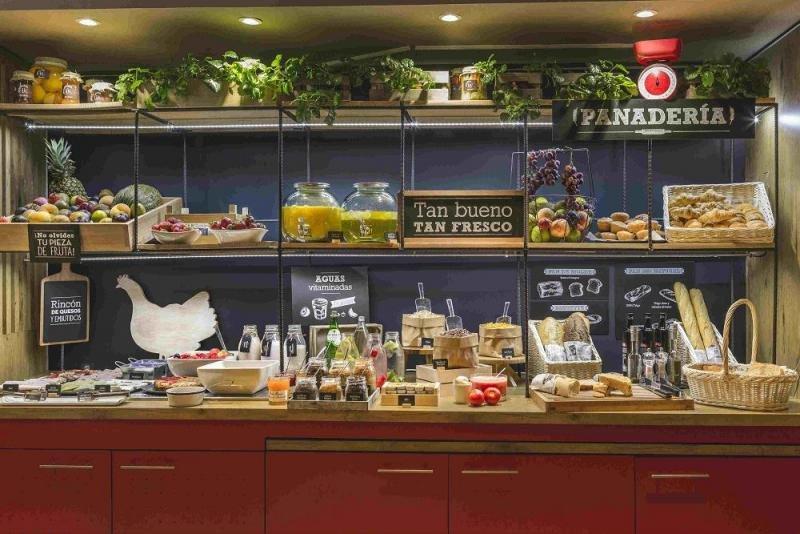 Algunos hoteles han optado por una nueva estética y productos más saludables para dotar de mayor atractivo a su oferta de alimentación y bebidas. Es el caso de los nuevos desayunos de Ibis estrenados el año pasado en nuestro país.