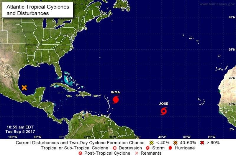 Mapa elaborado por el NHC, que muestra la posición ayer martes del huracán Irma y de la tormenta tropical Jose, que probablemente se convertirá en huracán hacia el viernes.