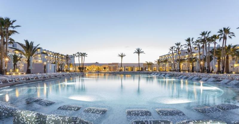 El Grand Palladium White Island es uno de los ejemplos de éxito de la reconversión de hoteles de 3 estrellas en 5 en la isla de Ibiza.
