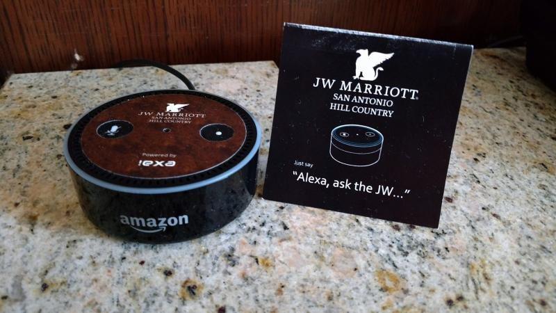 Imagen: un dispositivo Alexa en la habitación de un hotel Marriott.
