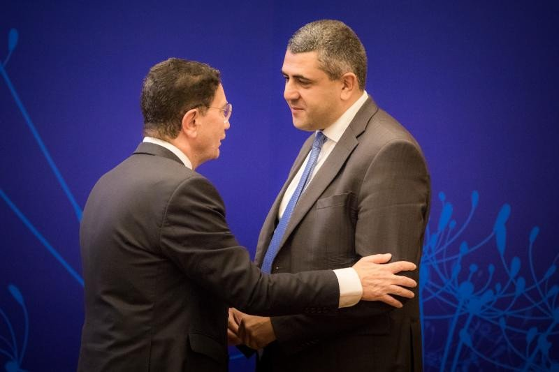 Taleb Rifai charla con  Zurab Pololikashvili durante la asamblea general de la OMT que se ha celebrado en Chengdú, China.