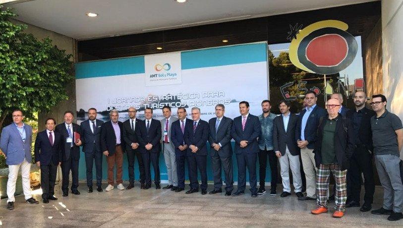 La Alianza de Municipios Turísticos está integrada por Arona, Adeje, Benidorm, Calviá, Lloret de Mar, Salou, San Bartolomé de Tirajana y Torremolinos.