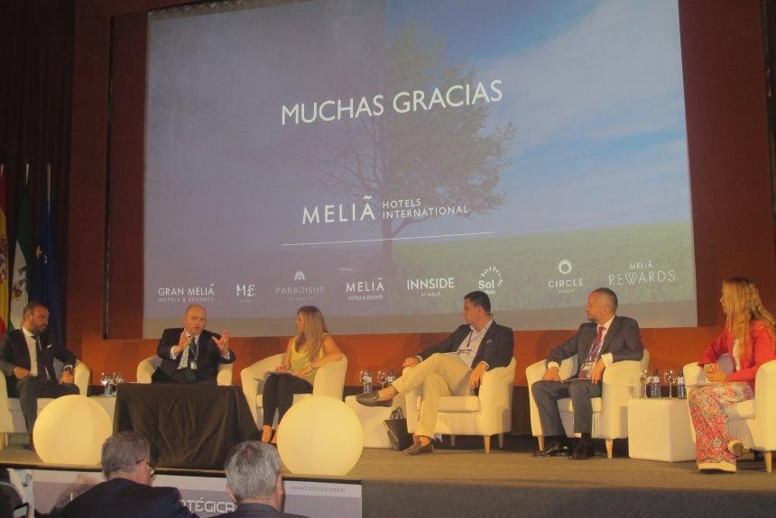 Mesa redonda destinada a analizar la oferta turística y la innovación en los destinos pioneros, que fue precedida por una conferencia impartida por Gabriel Escarrer.
