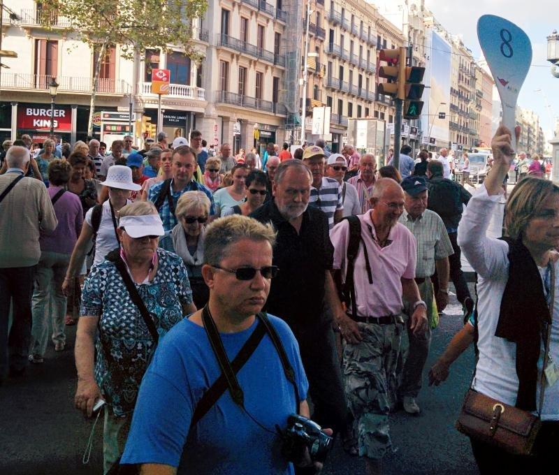 Una guía acompaña a un grupo de turistas en las Ramblas de Barcelona. Foto: Hosteltur