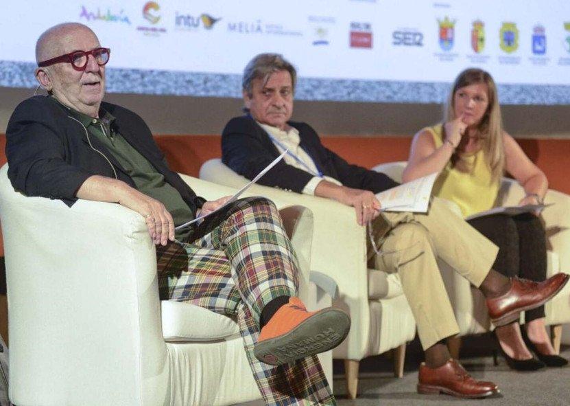Antonio Puig,profesor de ESADE, en primer término; Salvador Moreno, arquitecto, y Pilar Martínez, moderadora de la mesa.