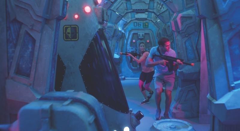 El circuito de combate láser a bordo del Norwegian Bliss está ambientado en una estación espacial abandonada.