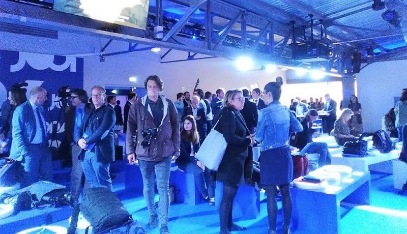 La conferencia de prensa se desarrolló en un ambiente azul, color corporativo de la nueva marca de Air France KLM.