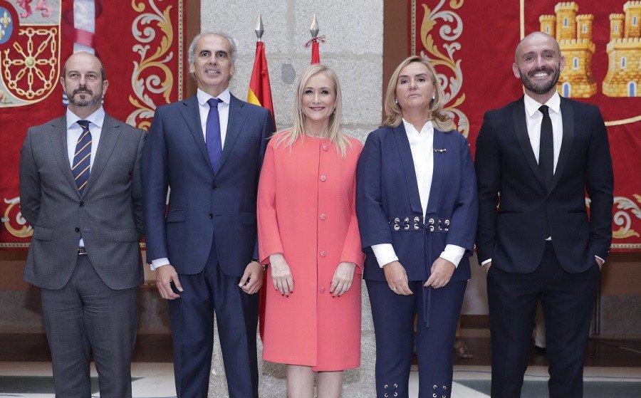 Jaime de los Santos, primero por la derecha, tomó posesión de su cargo ayer, como nuevo consejero de Cultura, Turismo y Deporte. En la imagen con Cristina Cifuentes y los nuevos consejeros que se incorporan la Gobierno regional.