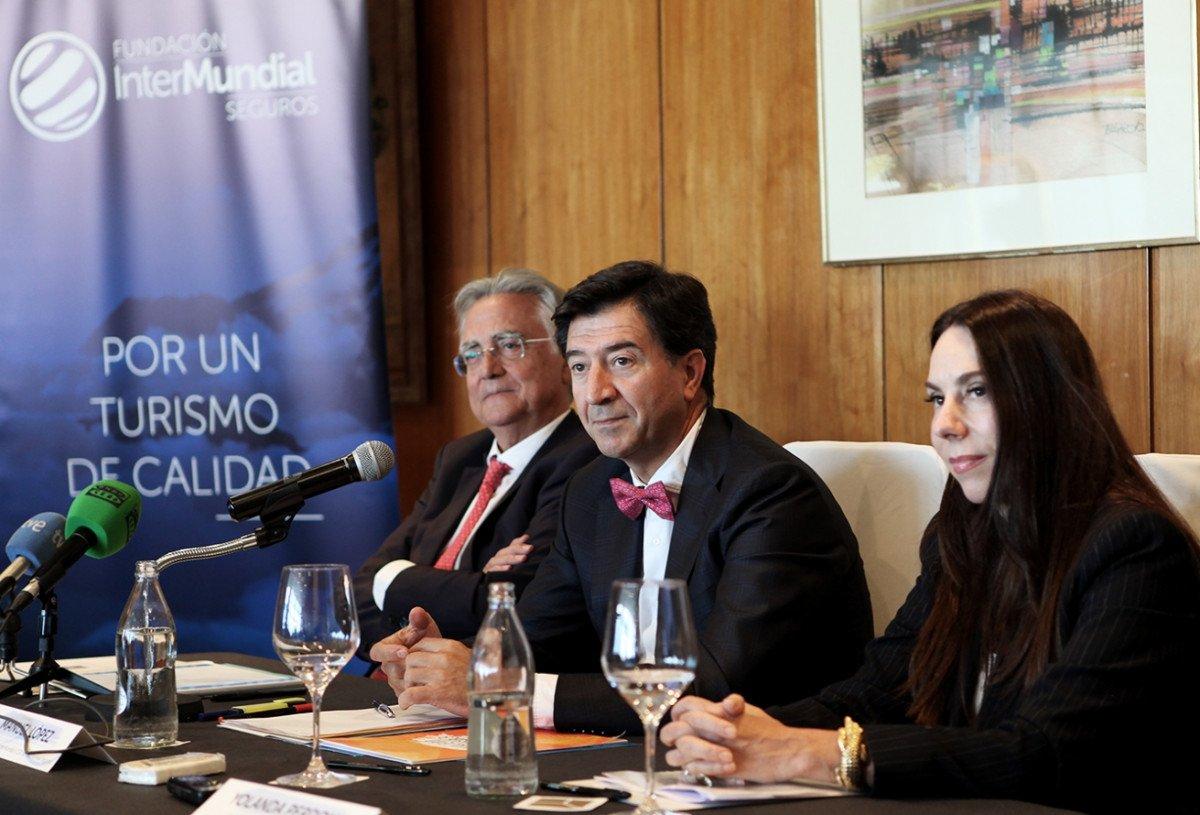 De izquierda a derecha: Tomás Azcárate, presidente del Instituto de Turismo Responsable; Manuel López, patrono de Fundación Intermundial y CEO de Intermundial Seguros, y Yolanda Perdomo, directora del Programa de Miembros Afiliados de la Organización Mundial del Turismo (OMT).