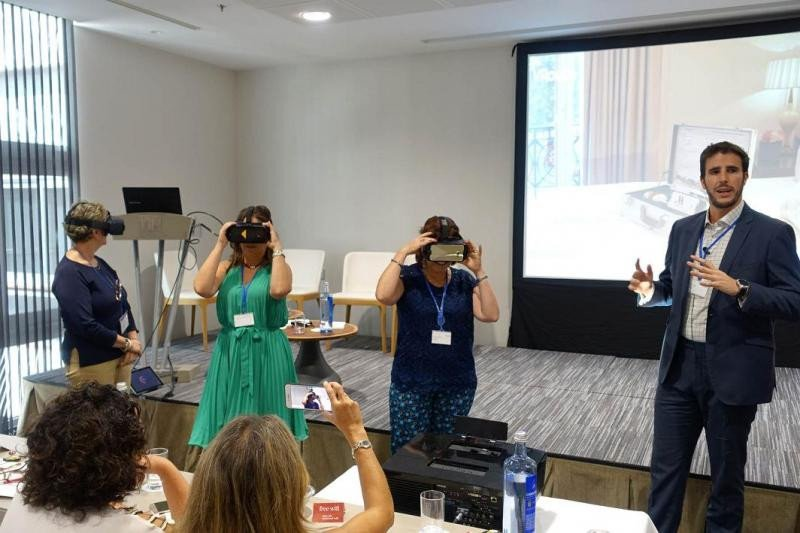 En la jornada de Forum Business Travel también se probaron las gafas de realidad virtual para visitar una habitación de hotel antes de alojarse en ella.