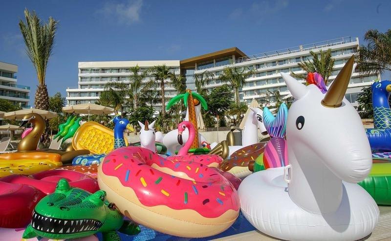 Un hotel mallorquín acoge el primer santuario de flotadores del mundo