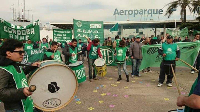 En Aeroparque se cancelaron todas las partidas, en los vuelos que llegan no descargan el equipaje, según denuncian pasajeros. Foto: @victorfyt