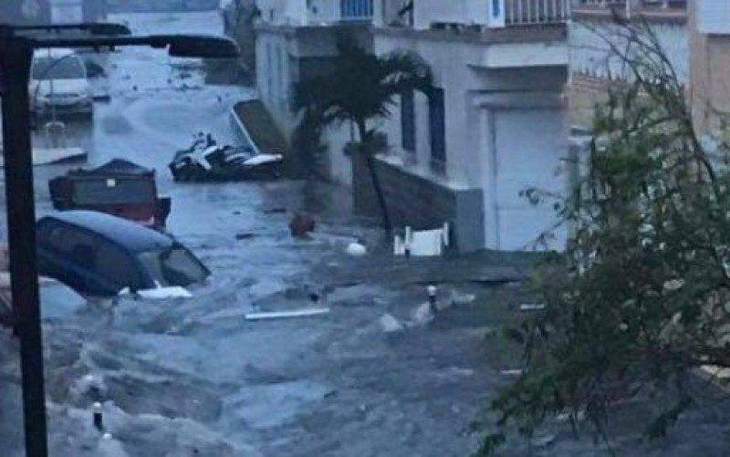 La crecida del mar y las intensas lluvias inundaron calles céntricas en varias islas.