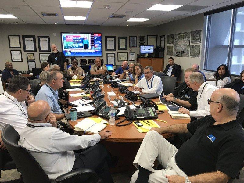 Centro de Comando de Emergencias quedó constituido en el aeropuerto de Miami en la noche del viernes. Foto: @iflymia