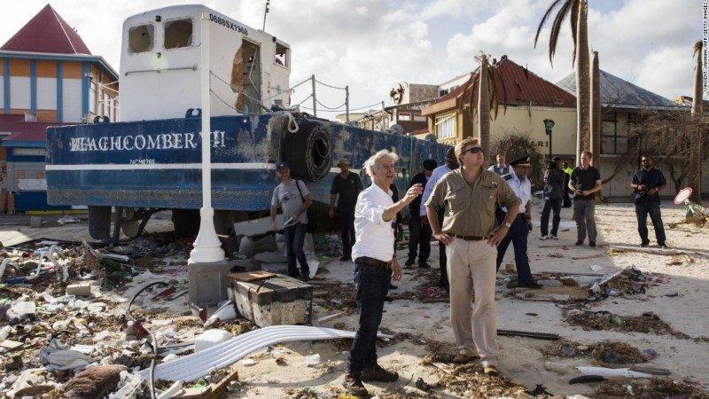 El rey Guillermo Alejandro de Holanda se mostró sorprendido y dolorido por la devastación en las Antillas. Foto: CNN.