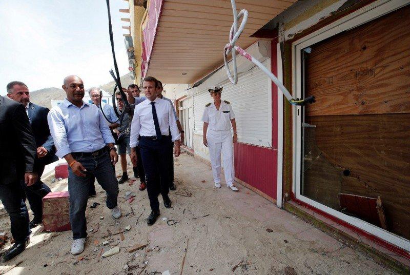 Daniel Gibbs acompañó al presidente Macron a recorrer la isla de Saint Martin. Foto: Reuters.