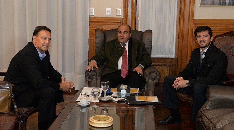 De izq a der: Esteban Tossutti (Flybondi); Juan Manzur (Gobernador de Tucumán); Sebastián Giobellina (presidente Ente Autárquico Tucumán Turismo)