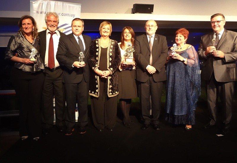 Todos los premiados de la noche junto a Juan Martínez, Liliam Kechichian y el presidente de Anetra, Walter Sosa. Fotos: J. Lyonnet (4)