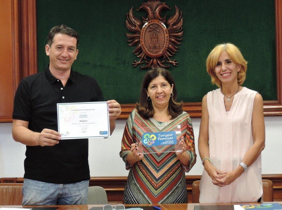 La presidenta de la FEFN de Almería, Celia Rodríguez-Hesles, hizo entrega del certificado a la alcaldesa de Mojácar, Rosa María Cano -en el centro de la imagen-.