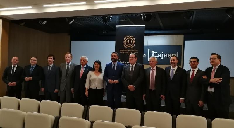 Autoridades junto a representantes del sector empresarial en el 40 Aniversario de la AHS.