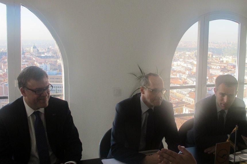 Los directivos del Grupo Lufthansa en la rueda de prensa que han organizado hoy en Madrid.