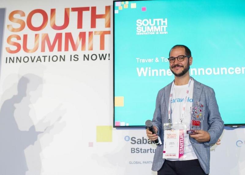 Iñaki Uriz, CEO de Caravelo, con su premio a la mejor startup en el vertical de turismo.