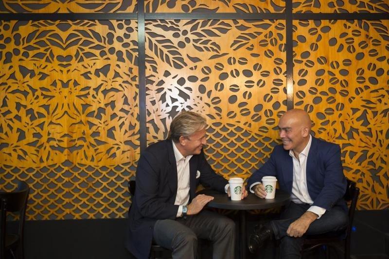 De izq. a dcha, Álvaro Salafranca, director general de Starbucks España; y Kike Sarasola, fundador y presidente de Room Mate Hotels, en el nuevo espacio creado en exclusiva para el Room Mate Óscar.