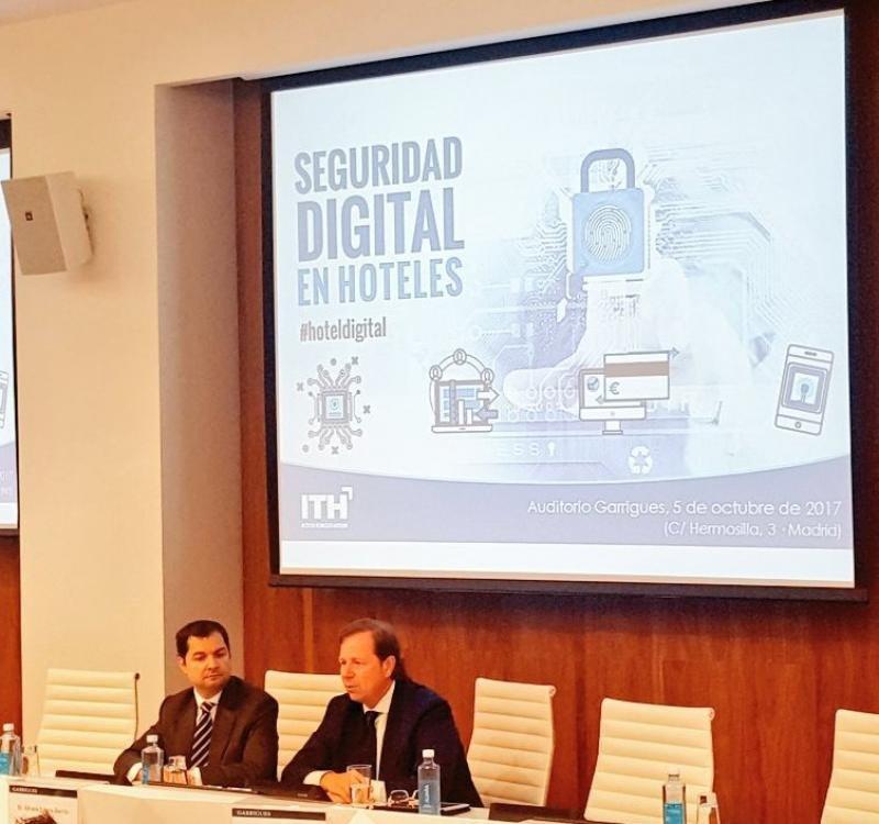 De izq. a dcha, Álvaro López Jorrín, socio de Garrigues; y Ramón Estalella, secretario general de CEHAT, en la jornada sobre seguridad digital en hoteles organizada por el ITH.