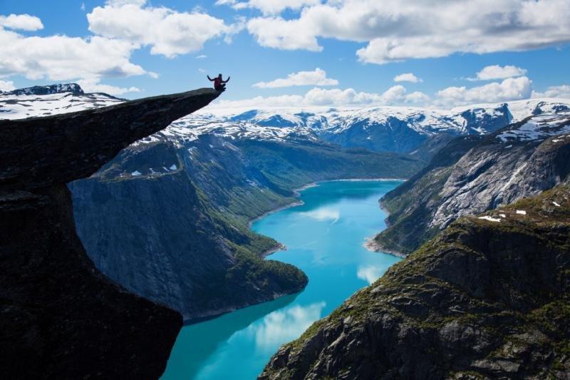 Imagen icónica de Noruega, ante un paisaje aparentemente solitario. Lo que no aparece en la foto son las decenas de personas que hacen cola para tomar la imagen.