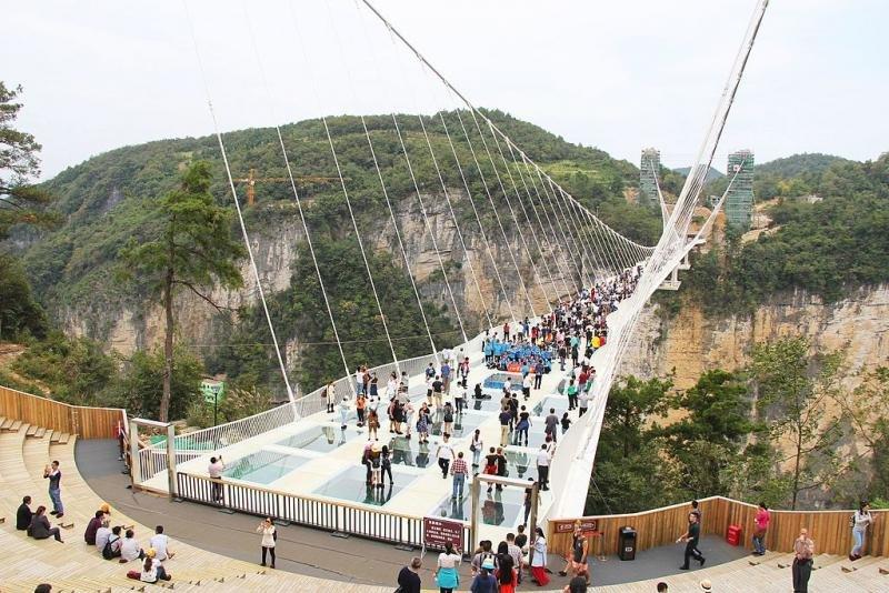 El puente sobre el Gran Cañón de Zhangjiajie, en China, tuvo que ser cerrado sólo 13 días después de su inauguración por la masificación de visitantes.