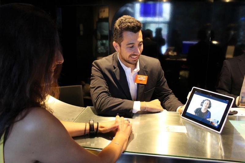 A través de una tablet en la recepción de los hoteles de Room Mate y un programa de videollamada se establece una comunicación entre el cliente y el servicio de interpretación de lengua de signos castellana e internacional.