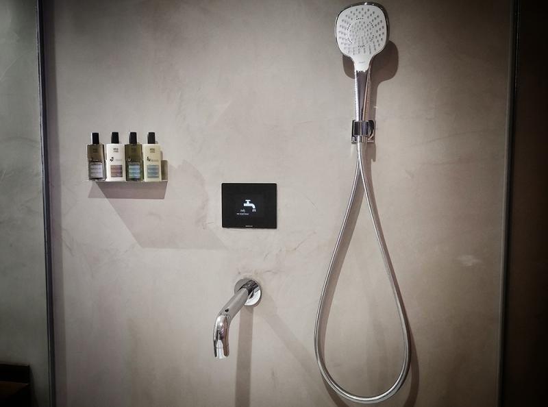 En el lavabo y en la ducha de las habitaciones de MB Boutique Hotels una pequeña pantalla refleja el consumo de agua para concienciar a los clientes.