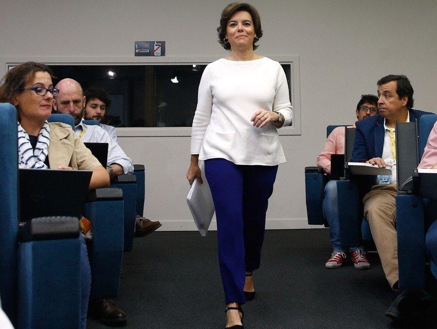 Soraya Sáenz de Santamaría, vicepresidenta del Gobierno, a su llegada a la rueda de prensa posterior al Consejo de Ministros celebrado ayer.