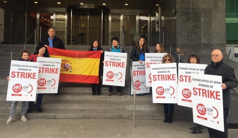 Trabajadores de la Oficina Española de Turismo en Toronto, Canadá, en la protesta de ayer.