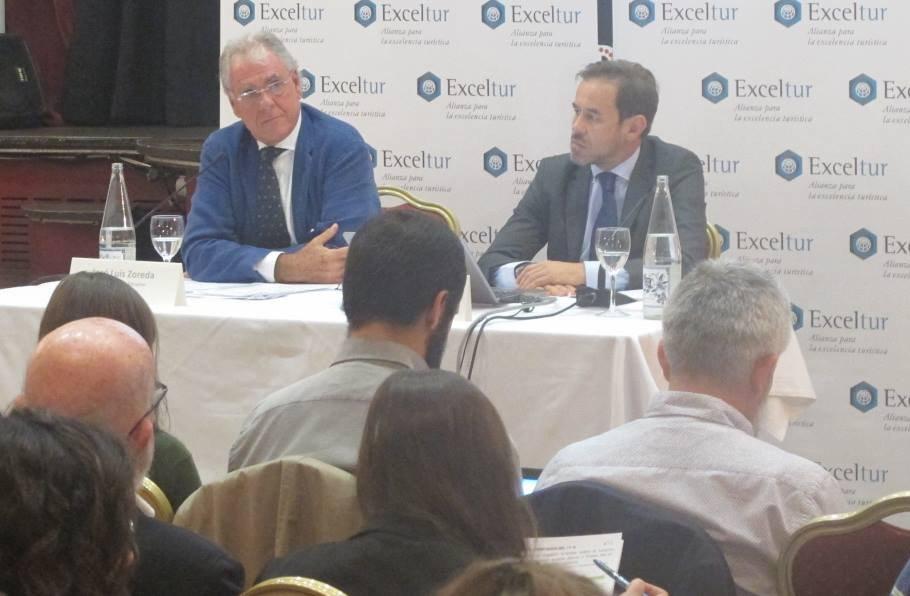 El vicepresidente ejecutivo de Exceltur, José Luis Zoreda, y el director de estudios, Óscar Perelli, durante la rueda de prensa.