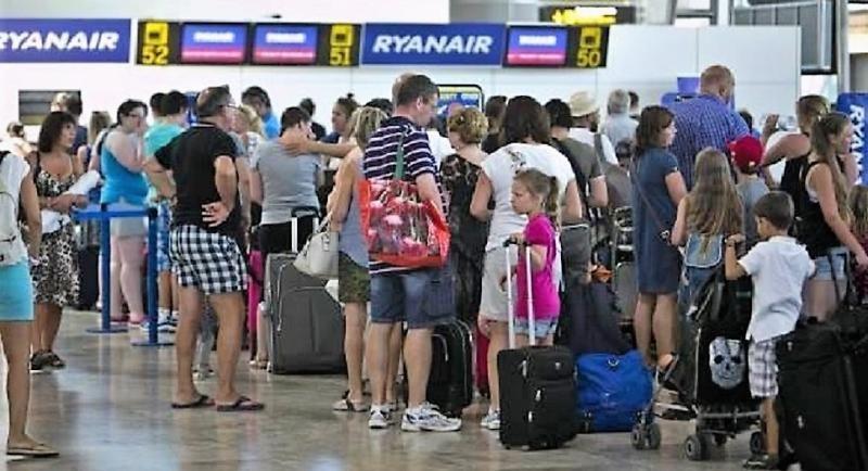 Ryanair frena su nueva política de equipaje