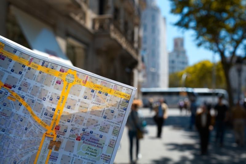 Un viajero consulta un mapa de Barcelona. Imagen: Storyblocks.