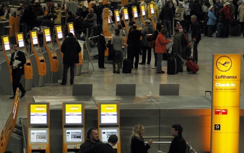 Los pasajeros se alinean en el mostrador de facturación de Lufthansa en el Aeropuerto de Frankfurt (Foto: Reuters).
