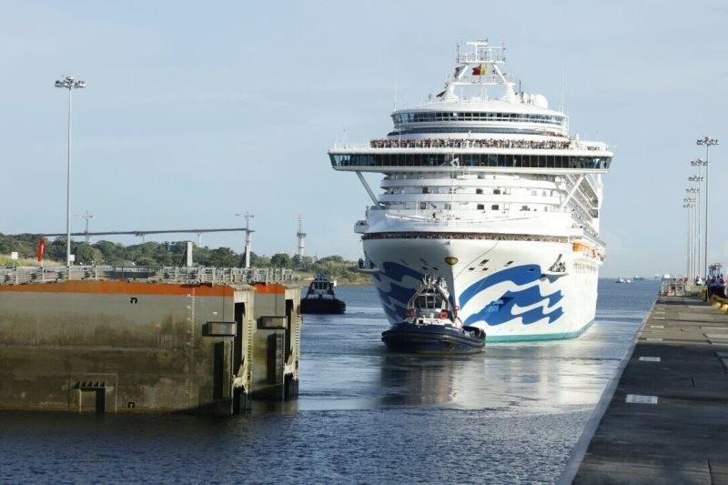 El primer megacrucero atraviesa el Canal de Panamá