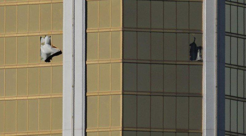 El asesino rompió los vidrios de la habitación que ocupaba en el hotel Mandalay Bay ara disparar contra la multitud.